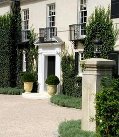 gorgeous urns at this Georgian house entrance#heirloomheaven