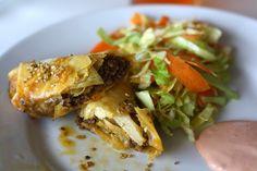 Cheeseburger eggrolls med sur-sød coleslaw