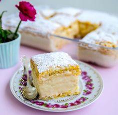 Krämig vaniljkaka med frasig smördeg. Krempita är en mycket populär och omtyckt kaka från Balkan. Jag smakade denna kaka för flera år sen och älskade den. Fyllningen är en fluffig pudding med smak av vanilj, supergod. Det är mycket vispande och några moment i receptet men den är inte alls svår att baka. 12 bitar 2 stora plattor smördeg (finns i kyldisken) 1,5 liter mjölk (gärna 3% fetthalt) 5 st ägg 3 dl socker 1,5 dl vetemjöl, 1,5 dl majsstärkelse 2 msk vaniljsocker 2 dl grädde Florsocker… Bagan, No Bake Desserts, Dessert Recipes, Zeina, Pan Dulce, Bread Cake, Diy Weihnachten, Something Sweet, Vanilla Cake