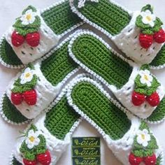 25 knitted women& slippers do it yourself, Knitting slippers for ladies Strawberries This Pin was discovered by Gül - Salvabrani Find the perfect Photo Pin stock photos Crochet Gifts, Crochet Baby, Knit Crochet, Doily Patterns, Knitting Patterns, Crochet Patterns, Artisanats Denim, Crochet Slipper Pattern, Crochet Sandals