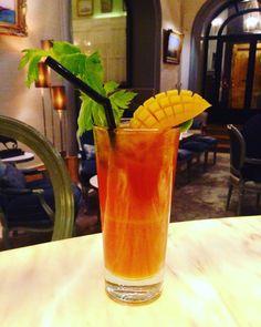 """""""Mango Mary"""" !! Un bloody Mary revisité à la mauricienne ;). Gingembre, curry, vodka, jus de tomate et jus de mangue. Spicyyy ! ☺️  #lescocktailsdumardisoir #hotellancaster #spicy #cocktails #parisweloveyou"""