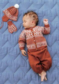 """""""Telemark"""" sett, størrelse 6 mnd til 4 år. Fra hefte 1515 søte små i babyull… Baby Boy Knitting, Knitting For Kids, Baby Knitting Patterns, Baby Patterns, Cardigan Bebe, Baby Cardigan, Toddler Girl Outfits, Baby Outfits, Brei Baby"""