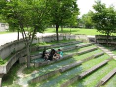 There are many inviting gathering spaces where people can sit and relax in the shade. Photo by Nepal Asatthawasi , Seonyudo Park   Case studies   CABE