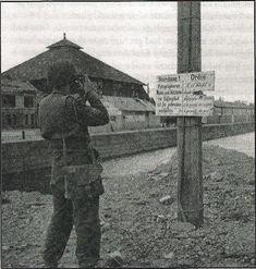 Caen: cameraman britannique, sergent Jimmy Mapham du N°5 AFPU, filme un panneau d'interdiction de photographier, près du Bassin Saint-Pierre. En arrière plan le marché de gros Quai de la Londe, ancien bâtiment des Ets. Allain Guillaume.