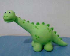 Topo de bolo Dinossauro Dinosaur Cake Toppers, Dino Cake, Dinosaur Birthday Cakes, Dinosaur Party, Fondant Animals, Cake Topper Tutorial, Baby Dinosaurs, Polymer Clay Animals, Clay Figures