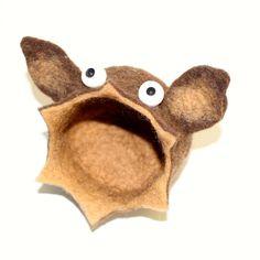 ChirOOOOptera, der Fledermaus-Kleinkramfresser wurde domestiziert.   Genauso praktisch, genauso liebenswert wie ihre Artverwandten, jedoch mit einer kleinen Fledermausohren-Einkreuzung!   ChirOOOOptera, bewacht alles was man ihr zu fressen gibt!   Auch auf euren Kleinkram würde sie gerne ein Auge werfen!   Es ist eine Filzschale mit Öffnung nach vorn... Sehr praktisch zum Beispiel fürs Badezimmer, um Haarspangen zu verstauen und gleichzeitig griffbereit zu haben!