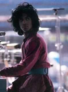 Lovsexy Soundcheck '88! His outfit is the one you can see him in IN the Lovesexy Tour Book, where he's got a 3o'clock shadow with straightened hair... love this outfit, strange, funky, spiritual... I like to think it was the Rave Unto look already by this time.