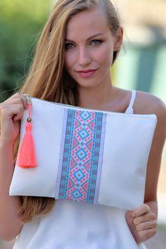 Kad n Beyaz Vegan Etnik eritli Clutch Diy Clutch, Handmade Clutch, Handmade Bags, Clutch Bag, Fabric Wallet, Fabric Bags, Jute Bags, Diy Schmuck, Fabric Crafts