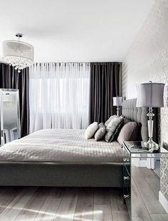 Une chambre à la déco chic avec des rideaux noirs et blancs