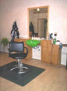 Hair salon wet stations give you all kinds of space! Keeps clients and staff… Home Hair Salons, Home Salon, Salon Design, Studio Design, Styling Stations, Hair Stations, Small Salon, Shampoo Bowls, Chicken Breast Recipes Healthy