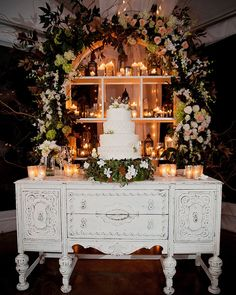 New Orleans Wedding with Luxe Decor - MODwedding photo: Sison Photography; Such a pretty wedding cak Vintage Wedding Cake Table, Vintage Furniture Wedding, Wedding Cake Display, Pretty Wedding Cakes, Wedding Table, Cake Wedding, Wedding Vintage, Wedding Cake Backdrop, Wedding Lounge