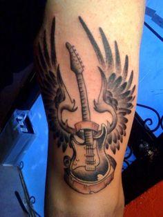 Notenschlüssel Tattoo Gitarre Flügeln