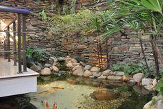 Uma ideia interessante nesse caso foi colocar o lago ornamental sob a varanda, criando uma ideia de suspensão do espaço Outdoor Ponds, Ponds Backyard, Koi Ponds, Garden Yard Ideas, Garden Pond, Water Garden, Pool Designs, Natural Swimming Pools, Little Gardens