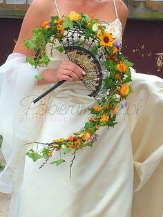 Floral fans! Beautiful and unique wedding bouquet idea!