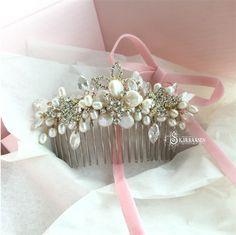 www.skjaeraasen.no Håndlaget hårkam med ferskvannsperler.  Handmade hearcomb with freshwaterpearls.  #bride #wedding #hearcomb #