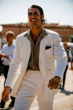Pitti Uomo is underway and Robert Spangle has captured the most stylish men on the streets of Florence. Best Street Style, Street Style Trends, Street Styles, Mode Masculine, Best Casual Wear For Men, Most Stylish Men, Best Mens Fashion, Men Street, Men Style Tips
