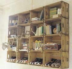 Faire une bibliothèque avec de vieilles cagettes qui servent de casiers à rangement.