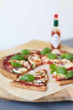 Havermout pizza met gerookte kip en courgette , Glutenvrije pizza recepten, Glutenvrije pizza bodem, Gezonde makkelijke pizza bodem, Beaufood recepten, Glutenvrije foodblogs, Pizza tabasco, Bodem van havermout