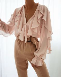 business mode damen Welcome to our page please look around. We are so excited to have you visit our site enjoy live chat send text.where shopping is fun Chiffon Ruffle, Chiffon Tops, Ruffle Blouse, Ruffle Trim, Ruffles, Business Outfit Damen, Style Année 80, Beige Outfit, Summer Blouses