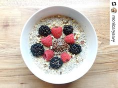 How amazing Looks this!!! #BreakfastTime 💕.........A #grainfree, #porridge like bowl. #BreakfastBowl #oats #lowcarb #lchf #keto #fitspo #fitspiration #fitfamily #onmyplate #lowcarblife #eatclean #cleaneats #cleaneating #healthyfood #paleo