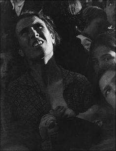 """Famosa imagen de una madre dando el pecho a su hijo en la Guerra Civil española, en 1936 por David Seymour """"Chim""""."""