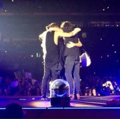 last 5/5 group hug ...  By the way Zayn already dropped his new album,  Mind of Mine  #AlwaysInOurHeartsZaynMalik