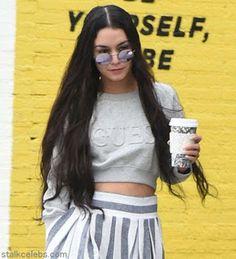 海外セレブスナップ | Celebrity Style: 【ヴァネッサ・ハジェンズ】ロングヘアにチェンジしたヴァネッサ、ストライプワイドパンツをさらっと履きこ...