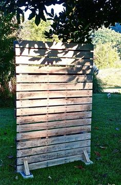 Outdoor Pallet Projects Pallet wall for use as divider. Place over door hooks on different levels to hang funky light items. Pallet Walls, Pallet Furniture, Pallet Ideas For Walls, Furniture Projects, Palettes Murales, Pallet Backdrop, Rustic Backdrop, Fabric Backdrop, Backdrop Stand