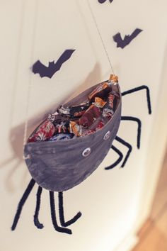 ✓ Pappteller ✓ Pfeifenreiniger ✓ Wackelaugen ✓ Tacker, Locher ✓ Süßigkeiten zum Befüllen ✓ Schere, Kleber, Klebeband  DIY Trick or Treat Spinne: Beim Trick -or-Treating gehen kostümierte Kinder an Halloween von Tür zu Tür um Süßigkeiten zu erbitten. Für die Spinne als Süßigkeitenkorb habe ich einen Pappteller in der Mitte längs durchgeschnitten und die …