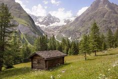 Log+Cabin+in+the+Woods | The Cabin in the woods | Flickr - Photo Sharing! #Cabins Old Cabins, Cabins And Cottages, Small Cabins, Log Cabin Kits, Log Home Decorating, Mountain Living, Mountain Homes, Mountain Man, Getaway Cabins