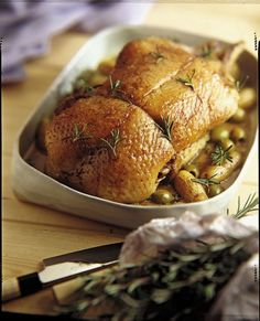 Canette rôtie au romarin, sauce aux olives vertes