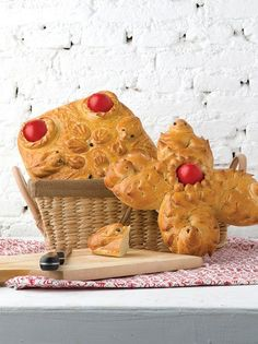 A traditional sweet bread with mastic aromas, baked on Holy Thursday morning, decorated with dyed red eggs. Holy Thursday, Greek Easter, Under The Lights, Types Of Food, Sweet Bread, Holi, Basket, Candles, Baking