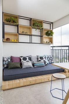 Madeira clara e décor de tons suaves desenham apartamento de 100 m² (Foto: Julia Ribeiro) varanda