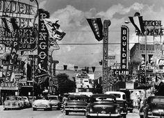 IlPost - Las Vegas, anni Cinquanta - Fremont Street, la strada più famosa di Las Vegas dopo Las Vegas Strip. È conosciuta anche come emGlitter Gulch/em per le numerose insegne a neon dei suoi casinò e locali notturni. La foto è della prima metà degli anni Cinquanta.  (Hulton Archive/Getty Images)