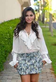 look-bárbara-urias-camisa-branca-de-babados-e-renda-mini-saia-estampada-1