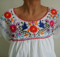 bordado mexicano paso a paso ile ilgili görsel sonucu Mexican Embroidery, Folk Embroidery, Embroidery Needles, Floral Embroidery, Embroidery Patterns, Machine Embroidery, Embroidery Stitches Tutorial, Embroidery Techniques, Bordado Floral