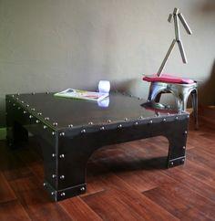 une table basse métal brut verni avec rivets, un esprit loft et industriel :  http://www.loftboutik.com/table-basse-usine-acier-brut.htm