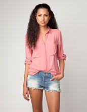 Me gusta la camiseta. Me gusta el color. La camiseta de Burksha.