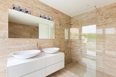 #Salledebain de style #contemporain avec #murale. / #Contemporary #bathroom with #wallsconce.