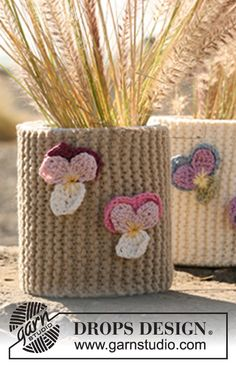 """Knitted DROPS flowerpot decoration in """"Ice"""" with crochet flowers in """"Muskat"""". ~ DROPS Design"""