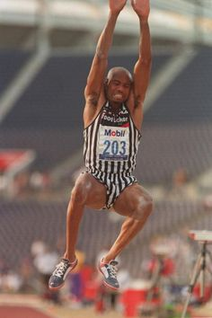 World record-breaker Mike Powell describes good long jumping technique. See his tips for each phase, including start, drive, attack, and takeoff. Long Jump, High Jump, Triple Jump, Human Poses, Male Poses, Us Olympics, Running Race, Pole Vault, Sport Inspiration