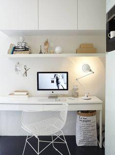 KONTORHJØRNE PÅ KJØKKENET: Her er det laget et lite kontor som en del av kjøkkenet. Møblene er fra Ikea. Stolen er fra Kollekted by.