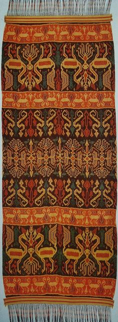 HINGGI SUMBA IKAT Towel Embroidery, Embroidery Flowers Pattern, Embroidery Patches, Textiles, Textile Prints, Diy Embroidery For Beginners, Indonesian Art, Sarongs, Tribal Rug