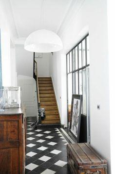 joli-couloir-retro-chic-avec-sol-en-carrelage-noir-et-blanc-murs-blancs-et-escalier-en-bois.jpg 700×1054 pixels