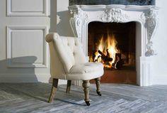 Klassiek open haard met omlijsting en visgraat vloer #classic #fireplace #design
