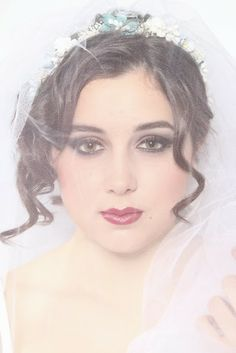 Tocado TURCHESE Corona de flores y hojas de tela hechas a mano en colores blanco roto y un toque de tuquesa. #floralcrown #flowercrown #coronaflores #flor #white #blanco #blue #azul #turquesa #turquoise #bridal #wedding #novia #boda