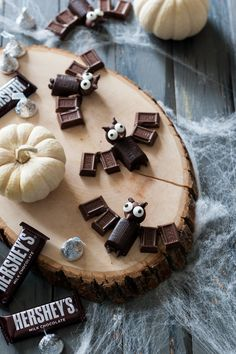 These little chocolate bats by Handmade Charlotte will satisfy all of our bat preferences. Simple and easy to do they will be sure to be a great Halloween Treat! Halloween Snacks, Holidays Halloween, Happy Halloween, Halloween Decorations, Halloween Party, Halloween Cupcakes, Halloween Season, Holiday Treats, Holiday Parties