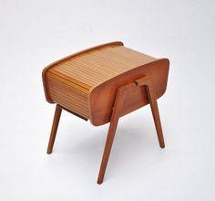Boîte de couture en teck avec couvercle tambour fabriqué aux pays-bas dans les années 1950 ' s. Concepteur/fabricant inconnu. Photo : massmoderndesign