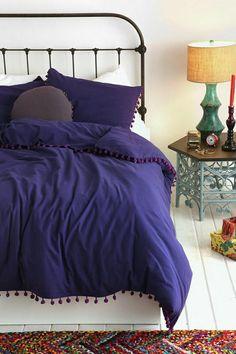 weißes schlafzimmer weiße wände lila bettwäsche weißer holzboden farbiger teppich