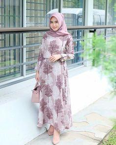 Hijab instan by @dinov_hijabcollection Langsung pakai tanpa pentul, langsung pas diwajah😍 bahannya bgus bgt, sukaaaa❤️ Thnkyou syg😘… Abaya Fashion, Muslim Fashion, Denim Fashion, Modest Fashion, Fashion Dresses, Casual Hijab Outfit, Hijab Chic, Casual Dresses, Moslem